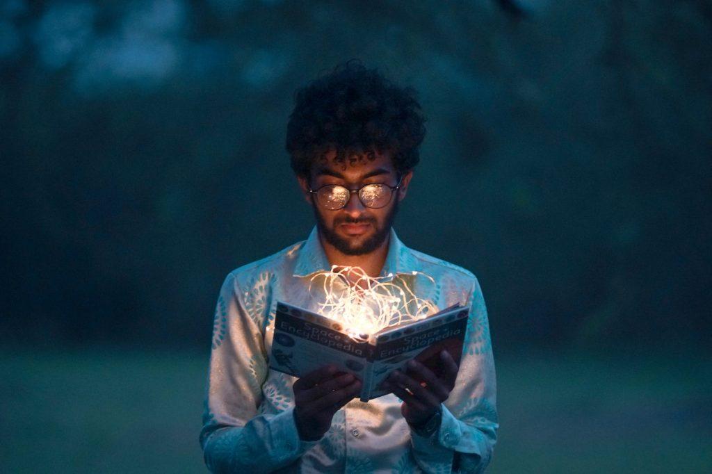 Listening ingles - Aumente seu contato com a língua inglesa homem lendo um livro