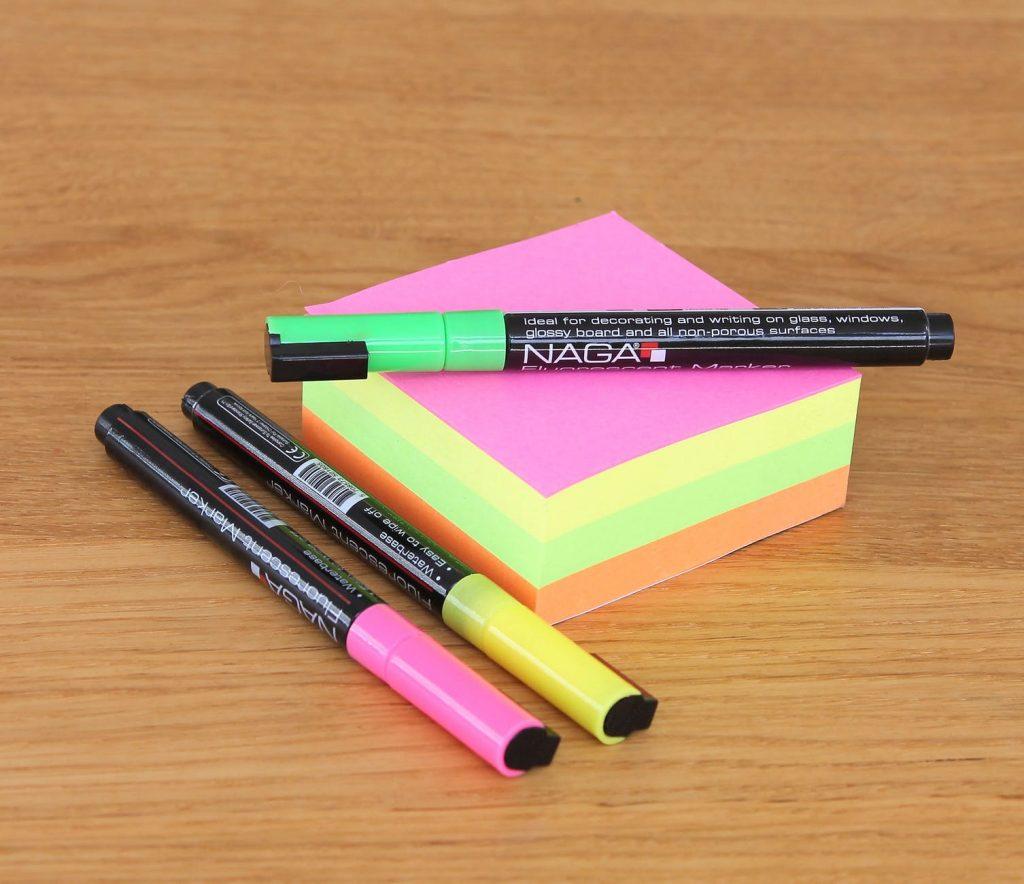 canetinhas e blocos de anotacoes coloridos - flashcards